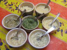 Voici quelques sauces pour fondue bourguignonne ou grillonade De gauche à droite : Arrière plan : Mayonnaise nature et remoulade Milieu : Sauces au poivre, aux fines herbes et à l'ail Avant plan : Sauces au piment et à l'estragon Sauce de base : la mayonnaise...
