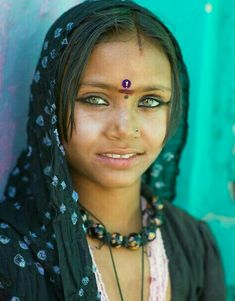 Portrait of a beautiful green-eyed Rajasthani girl wearing a head-scarf and traditional make-up (India) Beautiful Green Eyes, Pretty Eyes, Cool Eyes, Amazing Eyes, Beautiful Children, Beautiful People, Gypsy People, Gypsy Culture, Indian People