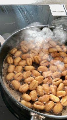10x verrassend.past: gnocchi gebakken in kaneel en boter. Dit is een typisch gerecht voor de streek van Veneto in Italië. Het wordt meestal gegeten bij het begin van carnaval. #gnocchi #gerechtenweb #pasta
