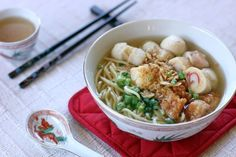 Thử những món ăn vặt trên phố Jishan là một hoạt động thú vị khi ghé thăm Jiufen, với những món ngon nổi tiếng như súp cá viên, bánh khoai môn và nấm nướng. Những viên cá viên có màu trắng, trông giống mọc và thường được ăn chung với mì gạo. Ảnh: angsarap