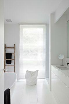 frisse witte houten jaloezieen met ladderkoord. Modern in de woonkamer of keuken. Bestel ze eenvoudig bij Maatstudio.nl