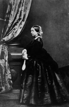 This 1861 photo ny Mayall shows Queen Victoria in a half dome crinoline day dress. Victoria Queen Of England, Queen Victoria Family, Victoria Reign, Queen Victoria Prince Albert, Victoria And Albert, Princess Elizabeth, Queen Elizabeth Ii, Show Queen, Royal Uk