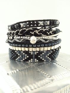 Bracelet manchette multirangs dans les tons de noir, argenté et hématite : Bracelet par bluebell