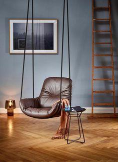 """Für Freifrau entwarf das Designduo Birgit Hoffmann und Christoph Kahleyss die Serie """"Leya"""". Neu ist der """"Swing Seat"""" aus Leder mit stabiler Sitzschale, aufgehängt an zwei Seilen. (Foto: Freifrau)"""