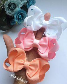 Et l'amour pour ce Trio ? Large Hair Bows, Ribbon Hair Bows, Diy Ribbon, Baby Girl Hair Accessories, Girls Hair Accessories, Boutique Bows, Fabric Bows, Fabric Flowers, Making Hair Bows