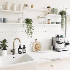 May 2017 - My most requested posts are always about my house plants so today's post is all about the best leafy fwends to buy! Hope you enjoy it Kitchen Interior, New Kitchen, Kitchen Decor, Küchen Design, Home Design, Design Ideas, Sweet Home, Kitchen Stories, Up House