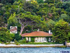 Prenses İkbal Moneim Yalısı (Kandilli - Istanbul) Kandilli İskelesi ile Küçüksu Plajı arasında yer alan (Prenses İkbal Moneim Yalısı olarak bilinen) yapı, 1972 yılında Mimar Sedad Hakkı Eldem tarafından inşa edilmiştir. Tamamı 1957 m² lik bir arsa (tarihi sütun ve nadide ağaç ve bitkilerle kaplı bir bahçe) üzerinde kurulmuş olan yalının (Zemin ve çatı katıyla birlikte) toplam kullanım alanı 485 m² dir. Ayrıca Denize 40 metrelik cephesi (Rıhtımı) ve 30 m² lik yüzme havuzu da mevcuttur.