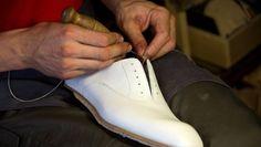 Florentiner Handwerkskunst: In Manninas Werkstatt entsteht ein weißer Lederschuh.