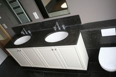 Klassieke badkamer met dubbel wastafelblad van Belgisch Hardsteen. Badkamer ideeën / Bathroom ideas.