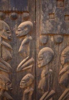 antiguo grabado en madera de la tribu de los dogon de mali , representa a sus instructores provenientes de la estrella sirio,de la constelacion de canis maior.