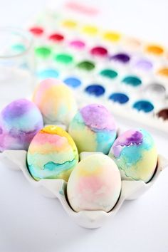 Make these easter eggs with your kids this year using watercolor paints | Squirrelly Minds