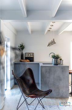 Vrijstaande woning inclusief bijgebouw is verbouwd en opnieuw ingericht, voor weer jaren woonplezier! Een Industrieel interieur, waar je jaren mee kan doen. Daarbij accent kleuren in okergeel. Ook wordt er met verschillende materialen gewerkt zoals leer, beton, hout.   MarStyling Butterfly Chair, Relax, Furniture, Home Decor, Keep Calm, Interior Design, Home Interior Design, Arredamento, Home Decoration