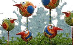 Поделки для сада: очень юморные птички                      Funny birds (made from balls)