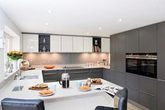 Mr & mrs h, kitchen, byfleet village, surrey cozinhas modernas por raycross interiors moderno Modern U Shaped Kitchens, Luxury Kitchens, Cool Kitchens, Luxury Kitchen Design, Best Kitchen Designs, Rustic Kitchen, Kitchen Decor, Kitchen Ideas, Kitchen Images