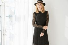 @ABOUT YOU Idol Eva Padberg in ihrem LITTLE BLACK DRESS Outfit mit Spitze und Hut.