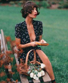 GIRLS WANT IT ALL Countryside Dress, Picnic Fashion, Parisian Makeup, Parisian Summer, Short Wavy Hair, Short Hair Styles, Face Sitting, Parisienne Style, Christy Turlington
