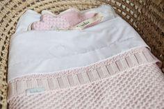 Nieuw van Koeka: deze lakens Sweet Heart. Erg leuk in combinatie met de dekens van Koeka. #babykamer #koekababykamer #koeka #koekalakentje #wieglaken
