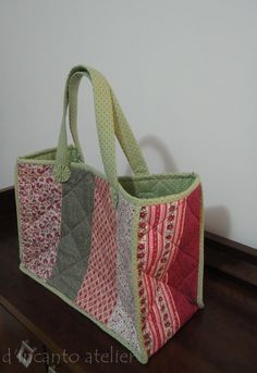 Bolsa em Patchwork!... Patchwork Bags, Quilted Bag, Purse Patterns, Sewing Patterns, John Deere Fabric, Bag Quilt, Fabric Bags, Day Bag, Handmade Bags