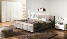 Hulsta SERA slaapkamer : bed en kledingkast met 5 deuren, kleur: hoogglans puur wit Bedomranding : stof S 308 lichtgrijs  kleerkast.  http://www.theobot.nl/collectie/5-slaapkamers/92-hulsta-bedden.html
