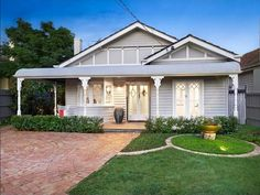 There are lots of reasons to love Californian bungalows, including the fact they suit both modern makeovers and traditional restorations equally well. Bungalow Porch, Bungalow Exterior, Bungalow Homes, House Paint Exterior, Craftsman Bungalows, Exterior House Colors, Interior Exterior, Exterior Design, Villas