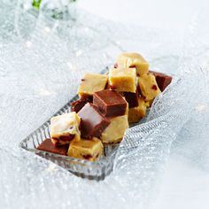 Ihanan makeat fudget suorastaan sulavat suussa. Kokeile, kumpi on enemmän makuusi: maitosuklaa- vai valkosuklaaversio.