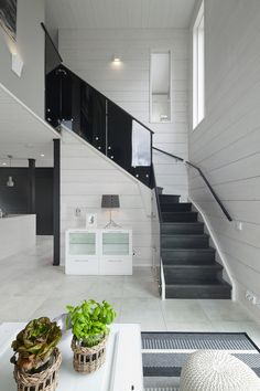 A new collection of interior designs featuring 18 Exciting Scandinavian Staircase Designs For Your Home. Modern Staircase, Staircase Design, Flat Pack Homes, Log Home Decorating, Decorating Stairs, Log Home Interiors, Glass Stairs, Timber House, Scandinavian Home