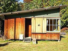 詩人・立原道造は、1937(昭和12)年冬から翌年春にかけて、当時、葦がおい繁り静寂をきわめた別所沼の畔(現・さいたま市南区内の公園)に、自らのために小さな「週末住宅」を建てようと計画していました。<br /> 今、僅か7畳ほどの小さな住宅を訪ねると、「詩人」になった気分になれます!<br /> 建築家でもあった、立原道造の「理想の世界」が、そこにありました!<br /><br />◆別所沼公園の「ヒヤシンスハウス」<br /> 「立原道造」が残した設計図を基に、構成関係者により建設された。<br /><br /> 所在地:「別所沼公園」内<br /> 埼玉県さいたま市南区別所4丁目12-10