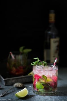 Mojito à la framboise | BonneTable Summer Cocktails, Cocktail Drinks, Cocktail Recipes, Alcoholic Drinks, Popular Cocktails, Beverages, Strawberry Mojito, Comida Latina, Breakfast