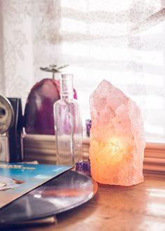 As luminárias de sal do Himalaia além de decorarem trazeminúmeros benefícios ao dia a dia:purificam o ar e oferecem equilíbrio à saúde física e emocional.