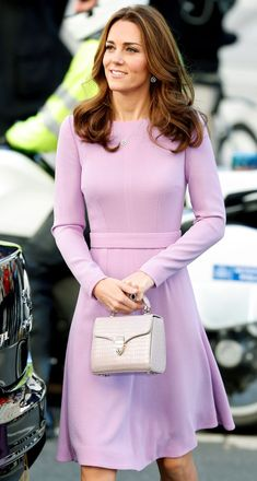 Kate Middleton Accessories: Kate looks impossibly chic carrying her mini Aspinal of London bag. Kate Middleton Dress, Kate Middleton Style, All White Outfit, White Outfits, Fashion Models, Fashion Beauty, Fashion Trends, Ladies Fashion, Fashion Fashion