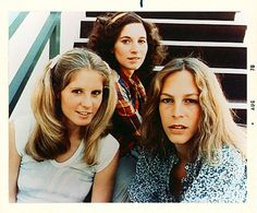 PJ Soles, Nancy Loomis, and Jamie Lee Curtis in HALLOWEEN. The trio from Halloween. Fun Trivia both Nancy Kyes (Loomis) and Jamie Lee Curtis acted together in Halloween and The Fog. Nancy Kyes went on to sculpting after a brief acting career. Halloween Film, Halloween Horror, Halloween 2018, Halloween Jamie, Happy Halloween, Halloween Makeup, Halloween Ideas, Halloween Party, Halloween Costumes