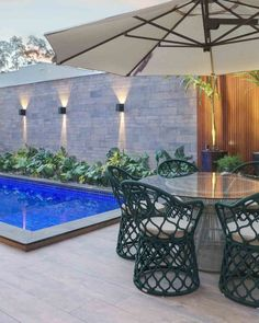 Revestimento de parede externa: 60 ideias incríveis para a sua casa Swimming Pool Landscaping, Swimming Pools, Pool Construction, Outdoor Furniture Sets, Outdoor Decor, Pool Houses, Interior Exterior, Beautiful Homes, Sweet Home