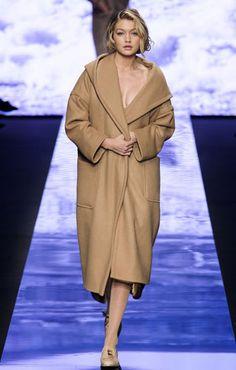 Un clásico como el abrigo camel de Max Mara no puede faltar entre tus must haves de invierno. Cruzado o recto, esa ya es tu elección