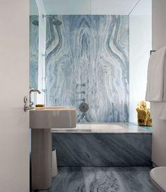 Moderne badkamer met accent in blauwe marmer