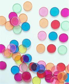 50 fichas de colores de plástico translúcido. Tienen una arandela de metal para poder jugar con imanes en la mesa de luz. Tuff Tray, Mini, Jewelry, Mesas De Luz, Magnets, Index Cards, Colors, Jewellery Making, Jewelery