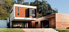 No condomínio onde fica esta casa, perto da capital gaúcha, não se pode levantar muros. Mas a própria geometria da fachada ajuda a resguardar a privacidade dos moradores.