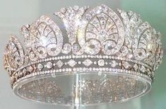 Palmetto Tiara Mistery part ;) This is the Devonshire Palmetto Tiara or Diamond diadem as you can see in Chatsworth. No round diamond between the palm and the rim. But another palmetto tiara is very similar to those two. Royal Crowns, Royal Tiaras, Tiaras And Crowns, Royal Crown Jewels, Diamond Tiara, Diamond Jewelry, Gold Jewelry, Antique Jewelry, Vintage Jewelry