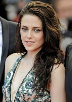 Kristen Stewart sweeps her two-tone hair back and uses some hair spray to keep it in a good state. Also, she adds some waves to the locks so that she looks vital. Messy Curly Hair, Long Wavy Hair, Curly Hair Styles, Long Curly, Thick Hair, Daily Hairstyles, Everyday Hairstyles, Girl Hairstyles, Straight Hairstyles