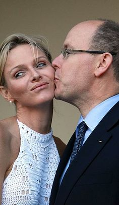 Prince Albert of Monaco kisses his new bride, Princess Charlene, during a meeting with South African President Jacob Zuma in Durban This photo made me wonder why she wasn't pregnant yet Grace Kelly, Patricia Kelly, Princesa Charlene, Kelly Monaco, Real Princess, Princess Tiara, Princess Grace Children, Monaco Princess, Prince Albert Of Monaco