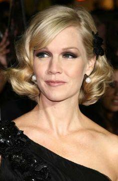 Jennie Garth's elegant blonde short hairstyle & makeup at a movie premiere