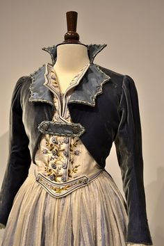 unknown victorian coat and gown looks gothic to me. Steampunk Fashion, Victorian Fashion, Vintage Fashion, Victorian Coat, Look Vintage, Vintage Mode, Historical Costume, Historical Clothing, Look Boho Chic