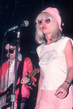 "Debbie Harry of the punk-pop band Blondie is one of the most stylish, cool iconic women to grace the earth. Before Deborah Ann ""Debbie"". Blondie Debbie Harry, Debbie Harry Style, Debbie Harry Hair, Estilo Rock, Blondie Band, Khol Eyeliner, Chris Stein, New Wave, Classic Rock"