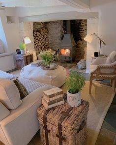 25 Rural Farmhouse Cottage Design Ideas with Artistic Touch Always aspired to learn how to knit, although unclear the place to start? This particular Definite Beginner Knitting Seq. Cottage Living Rooms, Cottage Interiors, Home Living Room, Living Room Designs, Living Room Decor, Cotswold Cottage Interior, Cottage Design, Cottage Style, House Design