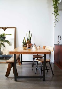 Decoración minimalista en un apartamento pequeño · Decoración online para casas con estilo Dining Room Table, Dining Area, Wood Table, Modern Greenhouses, Gravity Home, Interiores Design, Cozy House, Home Fashion, Sweet Home
