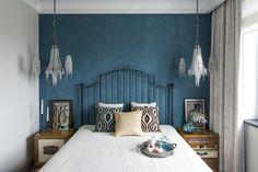 В спальне акцентом служит все тот же глубокий цвет и отлично вписавшиеся люстры, мне лично напоминает о море.