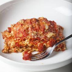 The vegan lasagna to rule them all. It's simple, it's quick, it's incredibly easy. Best of all this lasagna is rich with the tastiest vegan hamburger and the creamiest vegan mozzarella. It really is amazing. Vegan Mozzarella, Vegan Parmesan, Vegan Mac And Cheese, Macaroni And Cheese, Coconut Lentil Soup, Spiced Cauliflower, Cauliflower Casserole, No Noodle Lasagna, Bean Salad