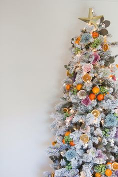 christmas tree aesthetic A very Cali Christmas tree with flowers, botanicals, berries, fruit Christmas tree DIY Fruit Christmas Tree, Bohemian Christmas, Flocked Christmas Trees, Christmas Tree Themes, Pink Christmas, Rustic Christmas, Christmas Traditions, Christmas Holidays, Christmas Crafts