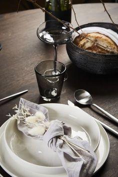 An dieser wunderschönen Tischdeko stimmt einfach jedes Detail! Stimmungsvolle Deko-Pieces sorgen in Kombination mit klassischem Geschirr für einen modernen Feinschliff. Alles, was Du für diesen Look benötigst, findest Du bei WestwingNow! // Dekoration Esszimmer Tischdeko Geschirr Besteck #Esszimmer #Esszimmerideen #Tischdeko #Esszimmerideen #Inspo Chocolate Fondue, Desserts, Food, Decor, Mise En Place, Napkins, Dishes, Funky Junk, Dinning Room Ideas