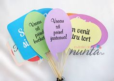 Un set de 10 props colorate cu mesaje pentru fotografiile de nunta.