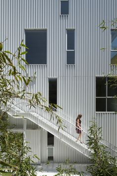 Cloverdale749 / Lorcan O'Herlihy Architects gevel woning appartementen trap borstwering golfplaat wit compositie materialisatie geperforeerd